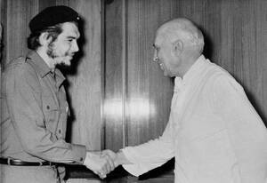 """1959, Νέο Δελχί.  Ο Ερνέστο """"Τσε"""" Γκεβάρα, ο Αργεντίνος γιατρός που έγινε ένας από τους πιο στενούς συνεργάτες του Φιντέλ Κάστρο στην Κούβα, χαιρετάει τον Ινδό Πρωθυπουργό, Τζαβαχαρλάλ Νεχρού, κατά την επίσκεψή του στο Νέο Δελχί."""