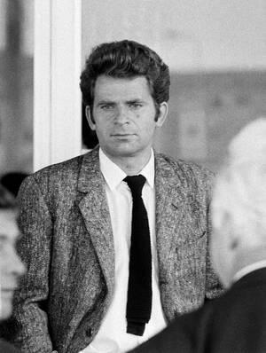 1972, Ρέικιαβικ.  Ο σκακιστής Μπορίς Σπάσκι συνομιλεί με Σοβιετικούς αξιωματούχους έξω από το ξενοδοχείο του στο Ρέικιαβικ. Ο Σπάσκι βρίσκεται στην Ισλανδία για να παίξει με τον Αμερικανό Μπόμπι Φίσερ για το παγκόσμιο Πρωτάθλημα, αλλά ο Φίσερ δεν εμφανίσ