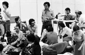1976, Παρίσι.  Μερικοί από τους 101 ομήρους που απελευθερώθηκαν από τους αεροπειρατές του αεροσκάφους της Air France πριν από 4 μέρες, φτάνουν στο αεροδρόμιο Ορλί του Παρισιού από το Έντεμπε της Ουγκάντας. Άλλοι 110 όμηροι, κυρίως Ισραηλινοί, κρατούνται
