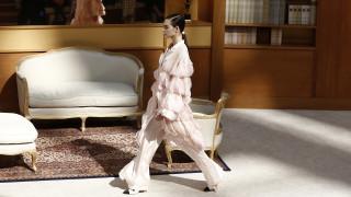 Chanel: «Κουμπωμένη» και συντηρητική η πρώτη χειμερινή συλλογή μετά τον Λάγκερφελντ