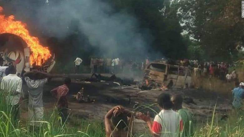 Φρικτός θάνατος: Πήγαν να μαζέψουν καύσιμα από ανατροπή βυτιοφόρου και κάηκαν ζωντανοί – 50 νεκροί