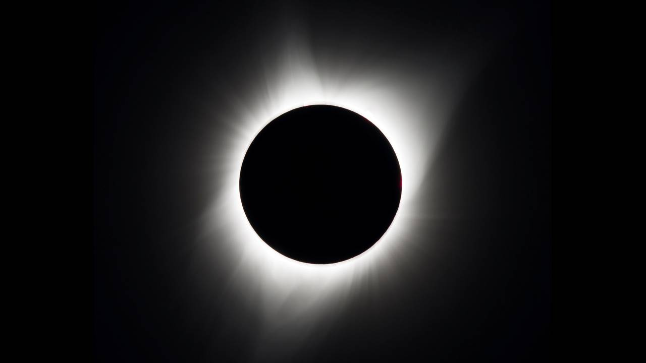 https://cdn.cnngreece.gr/media/news/2019/07/02/182893/photos/snapshot/2017-08-21T180330Z_1770837131_RC18A9B42720_RTRMADP_3_SOLAR-ECLIPSE-USA.JPG
