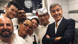 Τζορτζ και Αμάλ Κλούνεϊ φωτογραφήθηκαν με το προσωπικό εστιατορίου