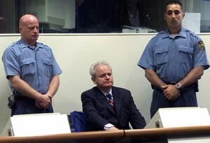 2001, Χάγη.  Ο πρώην Πρόεδρος της Γιουγκοσλαβίας, Σλόμπονταν Μιλόσεβιτς, εμφανίζεται στο δικαστήριο των Ηνωμένων Εθνών στη Χάγη, αντιμέτωπος με κατηγορίες για εγκλήματα πολέμου που διαπράχθησαν το 1999. Ο Μιλόσεβιτς προσήλθε στη δίκη χωρίς δικηγόρους, κα