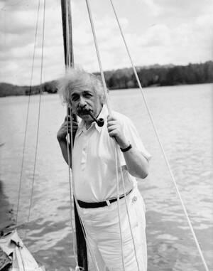 1936, Νέα Υόρκη.  Ο Άλμπερτ Αϊνστάιν κάνει διακοπές  στη λίμνη Σαρανάκ, με το ιστιοπλοϊκό του.