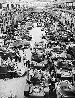 1942, Ντιτρόιτ.  Αμερικανικά άρματα μάχης των 28 τόνων, κατασκευάζονται στο εργοστάσιο της Chrysler στο Ντιτρόιτ προκειμένου να αποσταλούν στη Βόρεια Αφρική.  Είναι εξοπλισμένα με κανόνια 75 χιλιοστών.