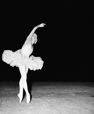 """1951, Μιλάνο.  Η κορυφαία μπαλαρίνα της Ρωσίας, Γκαλίνα Ουλάνοβα, στη Σκάλα του Μιλάνου πρωταγωνιστεί στην παράσταση """"Ο Θάνατος ενός Κύκνου""""."""