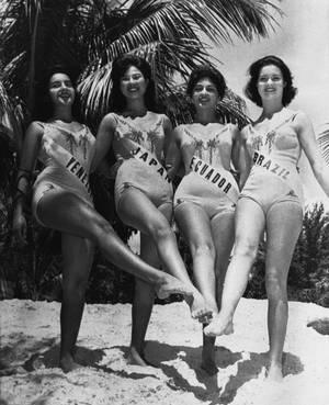 1960, Μαϊάμι.  Τρεις καλλονές από τη Λατινική Αμερική και η Μις Ιαπωνία με τα μαγιό τους, κατά τη διάρκεια του διαγωνισμού για τη Μις Κόσμος στο Μαϊάμι. Από αριστερά, η Μις Βενεζουέλα, η Μις Ιαπωνία, η Μις Εκουαδόρ και η Μις Βραζιλία.