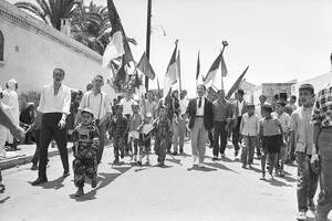 1962, Οράν.  Μουσουλμάνοι, ανάμεσά τους πολλά παιδιά, γιορτάζουν την ανεξαρτησία της Αλγερίας μετά από 132 χρόνια γαλλικής κατοχής. Η πλειοψηφία των Αλγερινών ψήφισε υπέρ της ανεξαρτησίας, στο δημοψήφισμα που έγινε την 1η Ιουλίου.