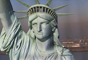 1986, Νέα Υόρκη.  Το άγαλμα της Ελευθερίας αποκαλύπτεται μετά από εργασίες πλήρους αποκατάστασης, μια μέρα πριν την επέτειο της Αμερικανικής Ανεξαρτησίας.