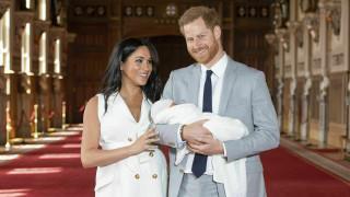 Ο μικρός Άρτσι βαφτίζεται, αλλά οι Βρετανοί είναι έξαλλοι με το Χάρι και τη Μέγκαν