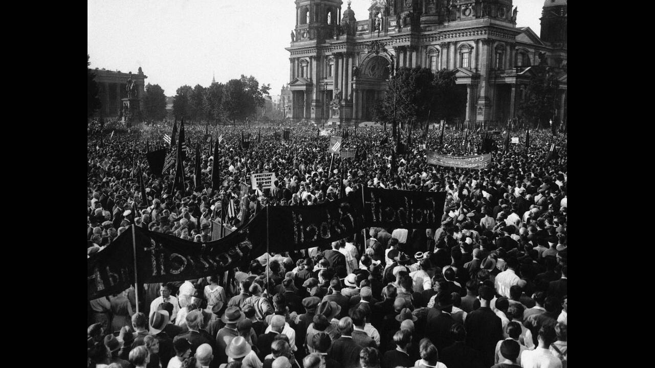 1932, Βερολίνο.  Μια από τις τελευταίες συγκεντρώσεις κατά των Ναζί, στο κέντρο του Βερολίνου.