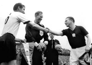 1954, Βέρνη.  Ο Φέρεντς Πούσκας, αρχηγός της Εθνικής ομάδας της Ουγγαρίας και ο Φρίτζ Βάλτερ, αρχηγός της ομάδας της Δυτικής Γερμανίας, σφίγγουν τα χέρια λίγο πριν ξεκινήσει ο τελικός του Παγκοσμίου Κυπέλλου στη Βέρνη της Ελβετίας. Η Δυτική Γερμανία κέρδ