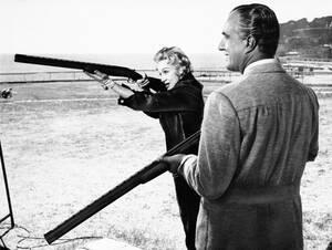 1956, Μόντε Κάρλο.  Η ηθοποιός Μαρλέν Ντίτριχ και ο σκηνοθέτης Βοττόριο Ντε Σίκα σε ένα κλάμπ του Μόντε Κάρλο εξασκούνται στη σκοποβολή στοχεύοντας περιστέρια.
