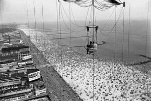 1961, Νέα Υόρκη. Δύο επισκέπτες στο Κόνι Άιλαντ της Νέας Υόρκης ίπτανται με αλεξίπτωτο πάνω από τις πολυσύχναστες παραλίες του θερέτρου.