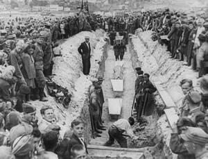 1946, Κιέλτσε, Πολωνία.  Τουλάχιστον 41 άνθρωποι έχασαν τη ζωή τους στο χειρότερο μεταπολεμικό πογκρόμ εναντίον Εβραίων στο Κιέλτσε της Πολωνίας.
