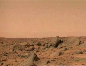 1997, Άρης.  Η επιφάνεια του Άρη φαίνεται σ' αυτή την εικόνα την οποία μετέδωσε το Mars Pathfinder.