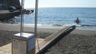 Σαντορίνη: Ασυνείδητος έδεσε το σκάφος του σε ράμπα ΑμΕΑ και προκάλεσε μεγάλη βλάβη