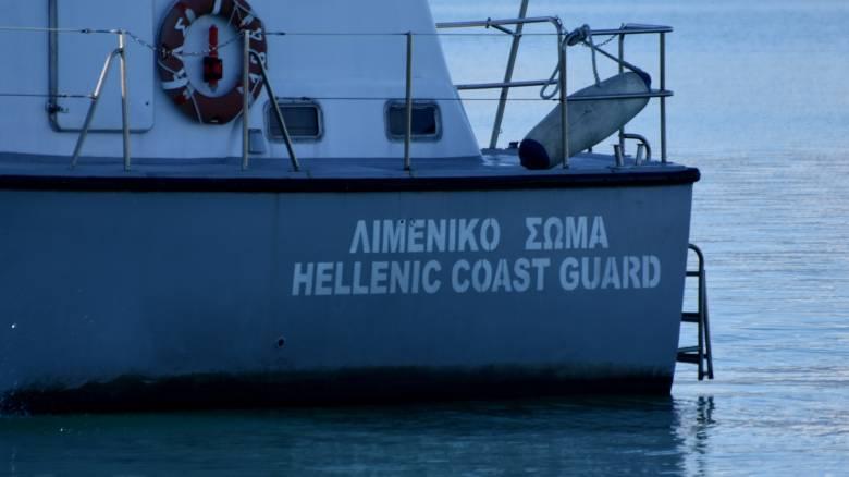Μηχανική βλάβη σε καταμαράν που έπλεε προς το λιμάνι της Θήρας