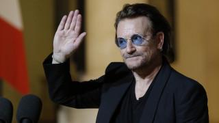 Στην Ύδρα ο Μπόνο των U2 - Η φωτογραφία μπροστά στο σπίτι του Λέοναρντ Κοέν