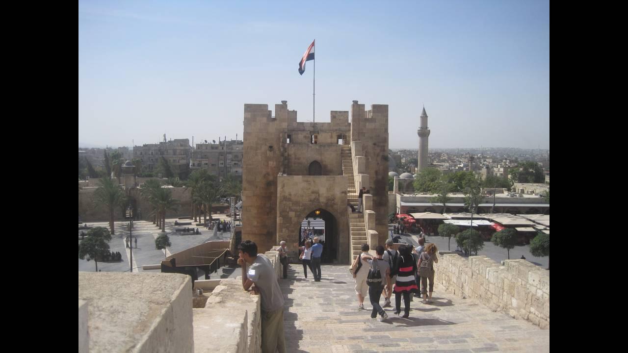 https://cdn.cnngreece.gr/media/news/2019/07/05/183296/photos/snapshot/Aleppo-castle-2010.JPG