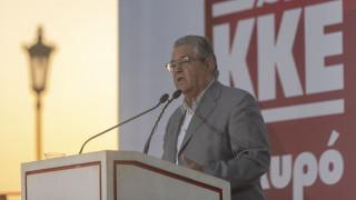 Το εκλογικό περίπτερο του ΚΚΕ στον Πειραιά επισκέφθηκε ο Δ. Κουτσούμπας