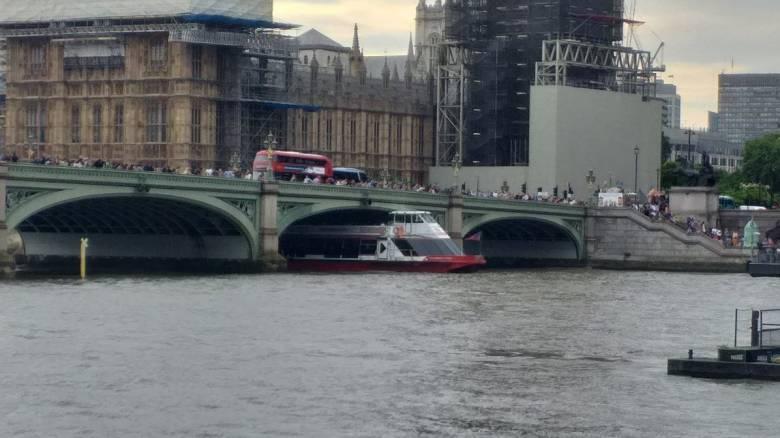 Λονδίνο: Σκάφος αναψυχής «σφήνωσε» στη γέφυρα του Γουεστμίνστερ