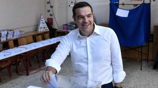 Εκλογές 2019: Με χειροκροτήματα και τριαντάφυλλα υποδέχθηκαν τον Αλέξη Τσίπρα