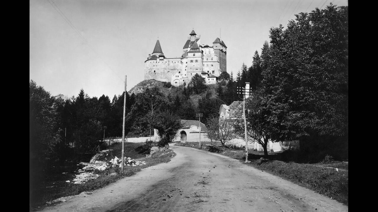 1931, Καρπάθια. Το Κάστρο Μπραν, το οποίο χρησιμοποιεί η βασίλισσα Μαίρη της Ρουμανίας, όταν ο καιρός στο Βουκουρέστι γίνεται πολύ ζεστός.