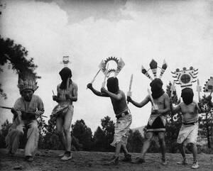 1937, Αριζόνα. Μέλη της πάλαι ποτέ μεγαλύτερης φυλής Ινδιάνων, των Απάτσι, χορεύουν το χορό του «Διαβόλου» στο Φλάγκσταφ της Αριζόνα.