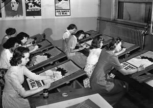 1942, Νέα Υόρκη. Φοιτήτριες της σχολής Καλών Τεχνών αντιγράφουν πόστερ προπαγάνδας για το Β' Παγκόσμιο Πόλεμο. Το πρωτότυπο είναι κρεμασμένο στον τοίχο.