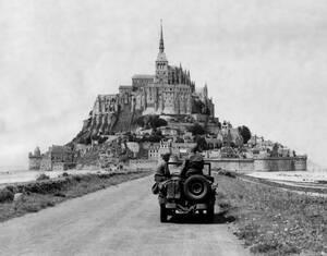 1944, Γαλλία. Ένα τζιπ στο πέρασμα για το Μοντ Σεν Μισέλ στη Γαλλία, ένα μέρος πολύ δημοφιλές για τους Βρετανούς τουρίστες πριν τον πόλεμο. Η περιοχή κατελήφθη από τα Αμερικανικά στρατεύματα λίγες μέρες μετά την απόβαση στη Νορμανδία.