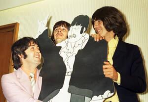 1968, Λονδίνο. Οι Beatles, από αριστερά ο Πολ ΜακΚάρτνεϊ, ο Ρίνγκο Σταρ και ο Τζορτζ Χάρισον, ποζάρουν με μια φιγούρα από χαρτόνι του Τζον Λένον από το φιλμ κινουμένων σχεδίων Yellow Submarine.
