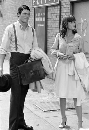 1977, Νέα Υόρκη. Ο Κλαρκ Κεντ, δηλαδή ο Σούπερμαν, το ρόλο του οποίου παίζει ο Κρίστοφερ Ριβ και η Λόις Λέιν, το ρόλο της οποίας παίζει η Μάργκο Κίντερ, κατά τη διάρκεια των γυρισμάτων της ταινίας, στο Μανχάταν.