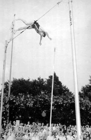 1991, Ιταλία. Ο Σοβιετικός αθλητής Σεργκέϊ Μπούμπκα περνάει τη μπάρα στα 6 μέτρα και 9 εκατοστά και σπάει για μια ακόμη φορά το -δικό του- παγκόσμιο ρεκόρ στο άλμα επί κοντώ.