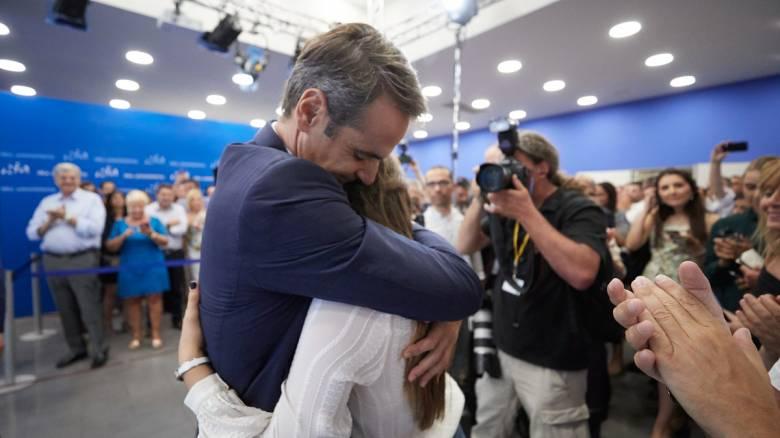 Αποτελέσματα εκλογών 2019: Οι τρυφερές αγκαλιές του Μητσοτάκη στα παιδιά του