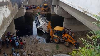 Φρικτό τροχαίο με δεκάδες νεκρούς: Αποκοιμήθηκε και έριξε το λεωφορείο σε κανάλι