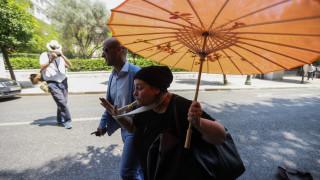 Η Ελένη Λουκά… ξαναχτύπησε με συνθήματα έξω από το Μαξίμου