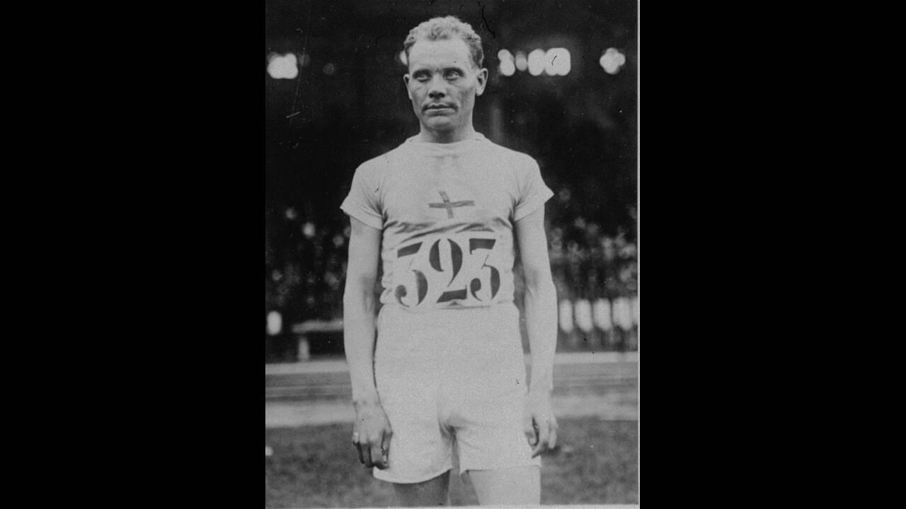 """1924, Παρίσι.  Ο Φινλανδός αθλητής Πάαβο Νούρμι, κερδίζει στους Ολυμπιακούς Αγώνες του Παρισιού τον τίτλο του """"καλύτερου δρομέα του κόσμου"""", κερδίζοντας τις κούρσες των 5.000 και των 1.500 μέτρων και σπάζοντας το παγκόσμιο ρεκόρ και στις δύο."""