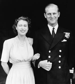 1947, Λονδίνο.  Η πριγκίπισσα Ελισάβετ και ο αρραβωνιαστικός της, Φίλιππος Μαουντμπάντεν ποζάρουν για το επίσημο πορτρέτο τους.