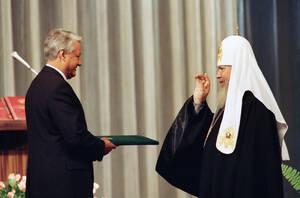 1991, Μόσχα.  Ο Πατριάρχης πασών των Ρωσσιών Αλέξιος ο Β' ευλογεί τον Μπόρις Γιέλτσιν μετά την ορκωμοσία του, στο Κρεμλίνο.