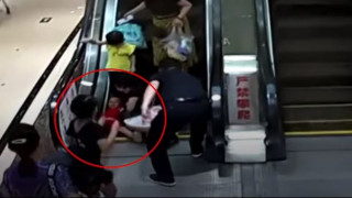 Ανατριχιαστικό βίντεο: Δίχρονος πιάστηκε σε κυλιόμενες σκάλες