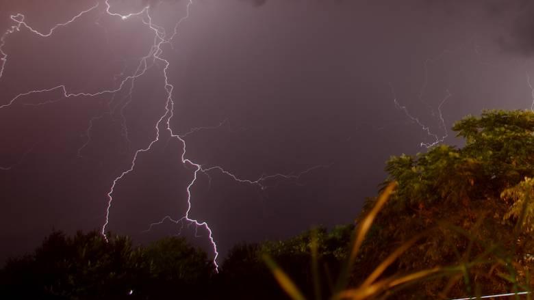 Καιρός: Κεραυνός έπεσε πάνω σε σπίτι στον Εύοσμο