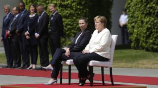 Η Μέρκελ υποδέχθηκε καθιστή τη Δανή πρωθυπουργό μετά από τα επεισόδια τρέμουλου