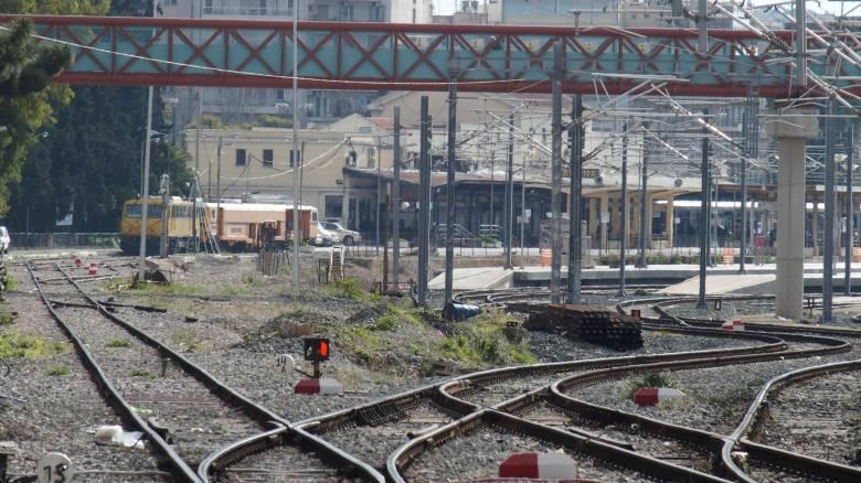 Θεσσαλονίκη: Απομακρύνθηκαν άτομα που διέμεναν σε εγκαταλελειμμένα βαγόνια κοντά στον σταθμό