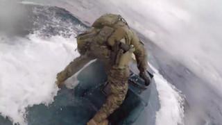 Κινηματογραφική καταδίωξη: Κομάντος της ακτοφυλακής ακινητοποιούν ημι-υποβρύχιο ναρκεμπόρων στις ΗΠΑ