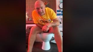 Κάθισε σε λεκάνη τουαλέτας για… πέντε ημέρες για να σπάσει ένα ρεκόρ που δεν υπάρχει!