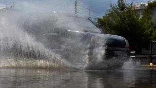 Μπουρίνι σε Σύρο και Τρίκαλα – Σε ποτάμια μετατράπηκαν οι δρόμοι