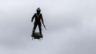 Γάλλος εφευρέτης «πέταξε» με flyboard την Ημέρα της Βαστίλης