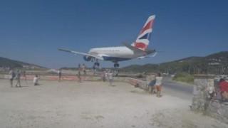 Συγκλονιστικό βίντεο: Αεροπλάνο περνά «ξυστά» πάνω από τουρίστες στη Σκιάθο
